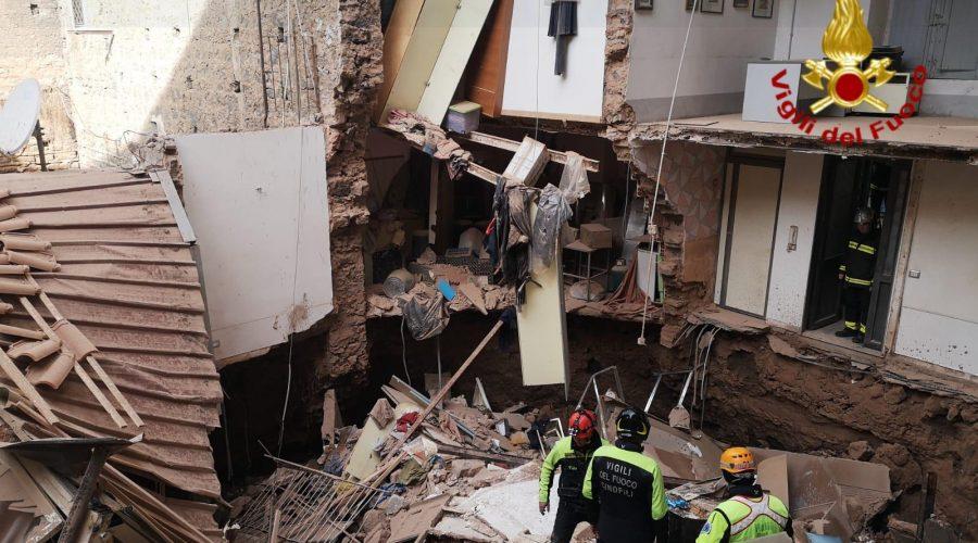 Catania, all'alba crolla parzialmente una palazzina. Intervento dei Vigili del fuoco VIDEO