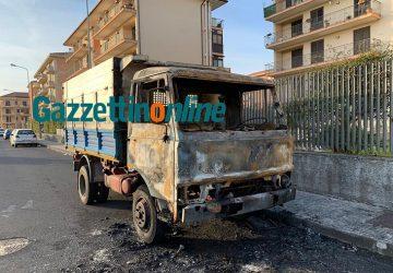 Giarre, a fuoco un autocarro in via Marrone