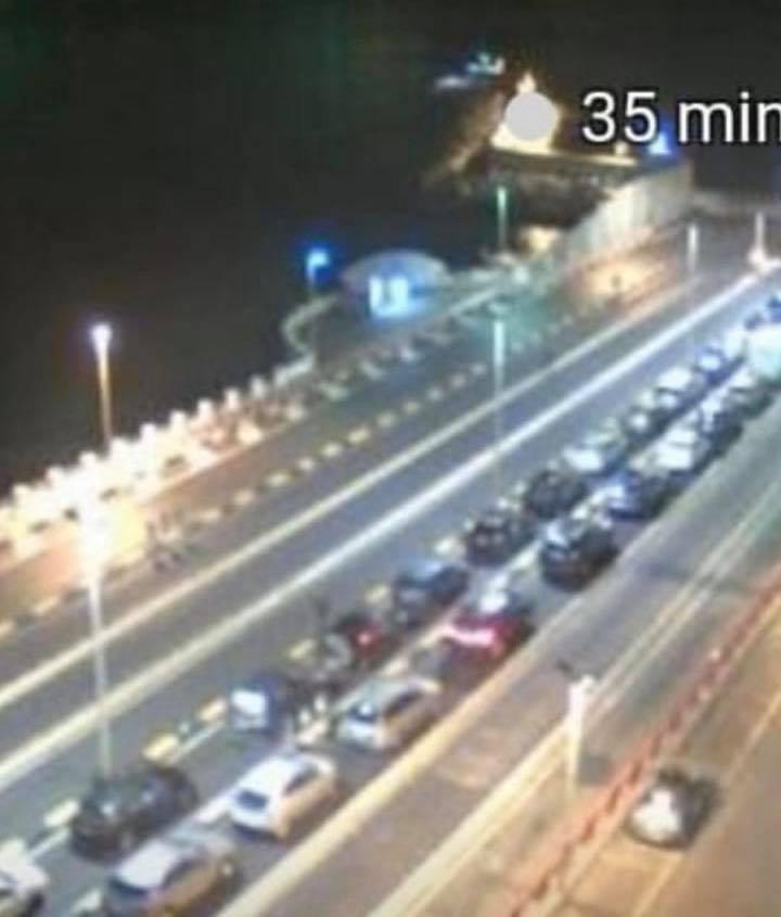 Messina, sbarcano a decine dalla Calabria. Lunghe file nella notte. L'ira di Nello Musumeci