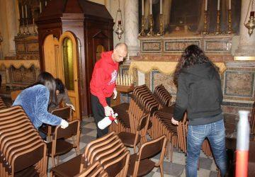 Acireale, il vescovo Raspanti igienizza i banchi della cattedrale
