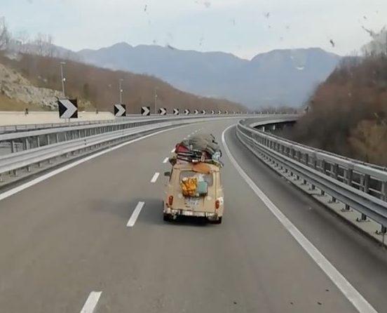 In tre su una Renault 4 carica di bagagli dalla Francia fino alla Sicilia al tempo del coronavirus