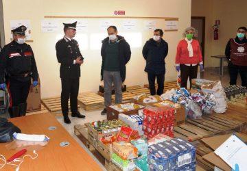 Acireale, carabinieri donano generi alimentari per le persone in difficoltà