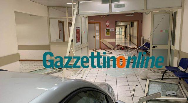 Sfonda con l'auto l'ingresso del PTE all'Ospedale di Giarre: fermato un 29enne di Mascali FOTO VIDEO