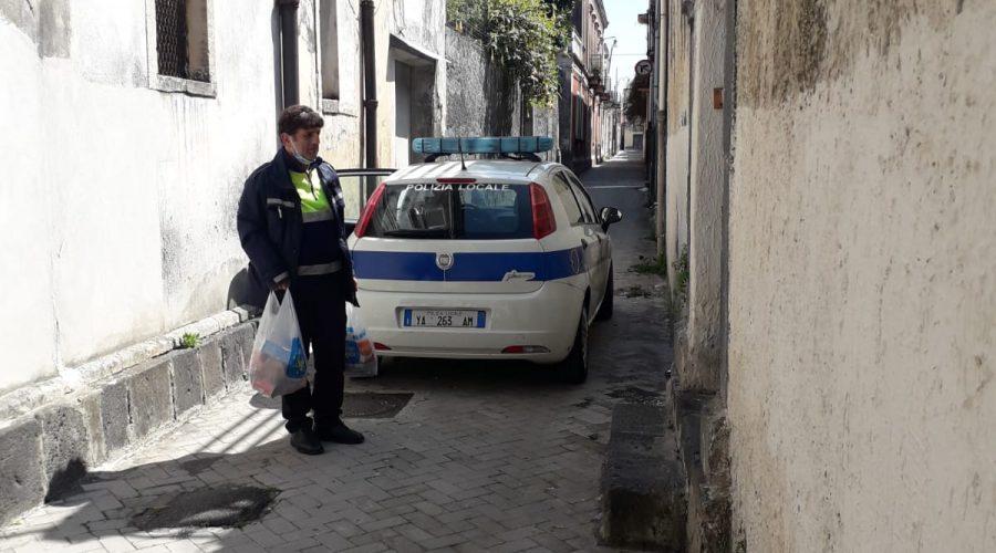 Riposto, la solidarietà e la generosità della Polizia locale: spesa a domicilio ad una anziana cardiopatica