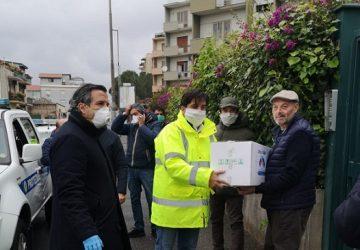 """Coronavirus, il sindaco Pogliese consegna primi pacchi spesa """"Catania aiuta Catania"""""""