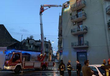 Riposto, intervento dei Vigili del fuoco: frammenti di cornicione pericolanti VD
