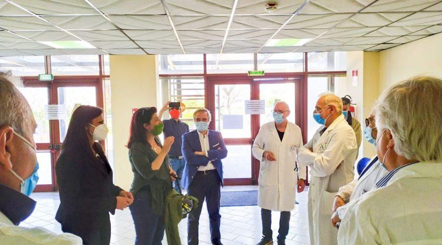 Deputati Cinquestelle donano aspiratori e monitor per reparto Covid di Acireale
