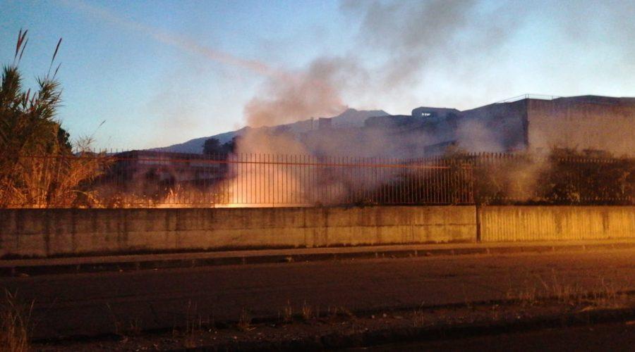 Giarre, a fuoco sterpaglie e rovi nell'area perimetrale del Tribunale