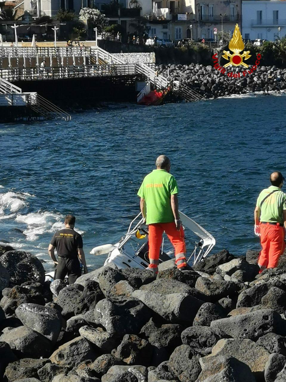 Catania, due barche contro gli scogli. Intervento dei Vff