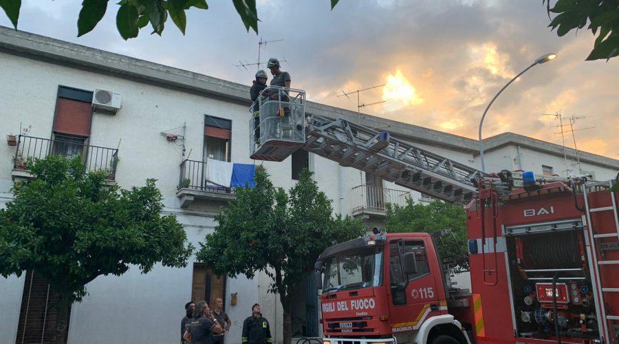 Mascali, a fuoco abitazione di via Roma. Intervengono Vigili del fuoco, Cc e 118 VIDEO