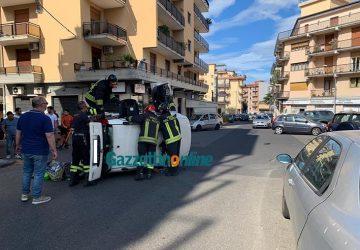 Giarre, violento incidente in via Q. Sella: auto si ribalta. Intervento dei VvF VIDEO