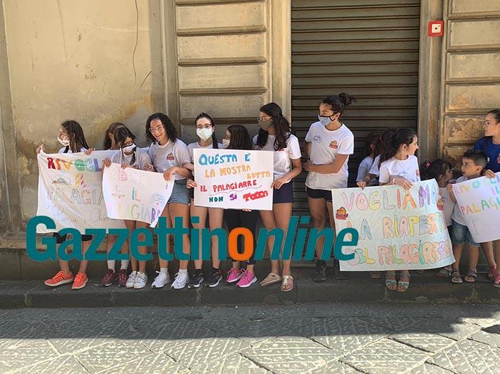 """PalaGiarre, i bambini protestano davanti l'Ufficio tecnico. Ma sindaco e Commissione Vigilanza non si """"commuovono"""""""