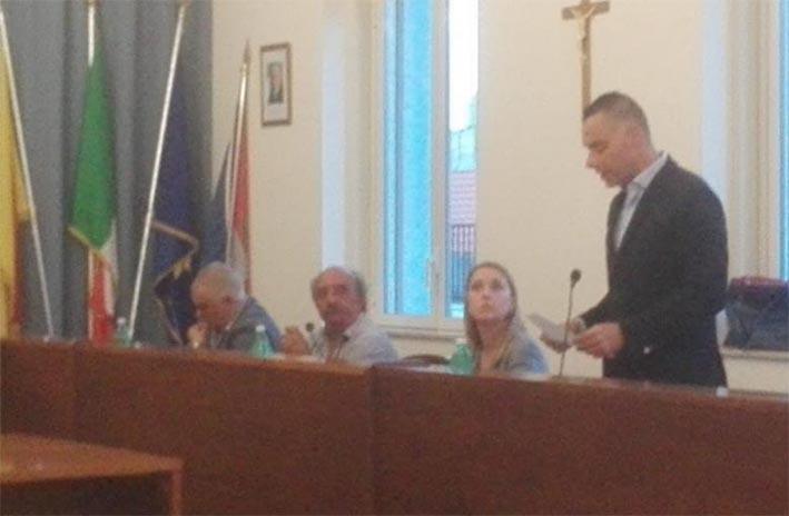 A Santa Venerina l'opposizione reclama interventi ma il confronto in aula è rinviato a settembre