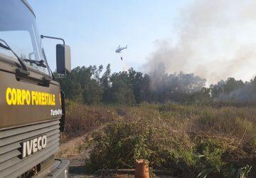 Marina di Cottone, divampa un vasto incendio che lambisce l'ex Siace VD