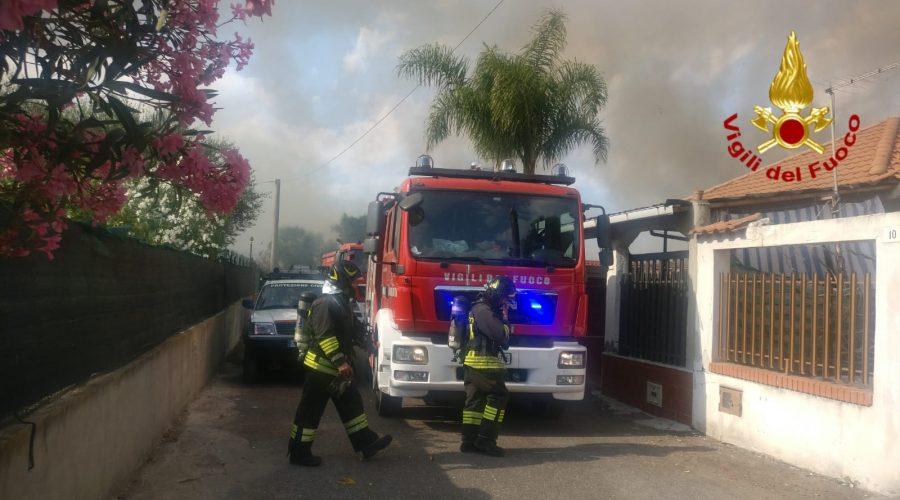 Catania, a fuoco canneti e vegetazione incolta a San Francesco la Rena