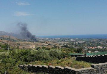 Fiumefreddo, a fuoco sterpaglie e auto destinate alla demolizione