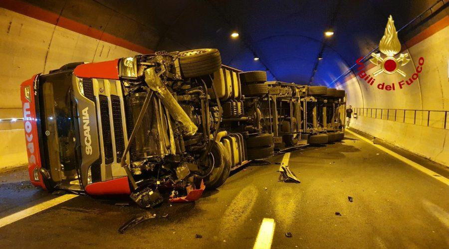 Grave incidente in galleria sulla Catania-Siracusa: si ribalta autoarticolato