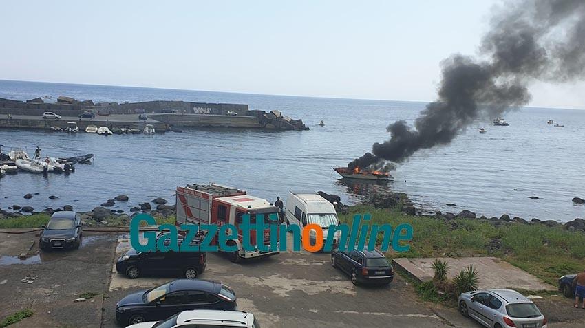 Acireale: a fuoco imbarcazione al porto di Santa Maria la Scala: due feriti, uno con gravi ustioni VD