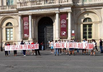 """Catania, presidio studentesco per dire stop alla tassa di 200 euro per gli """"irregolari"""""""