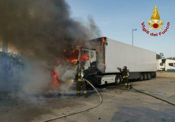 Catania, intervengono i Vigili del Fuoco per l'Incendio di un autoarticolato sulla SS114