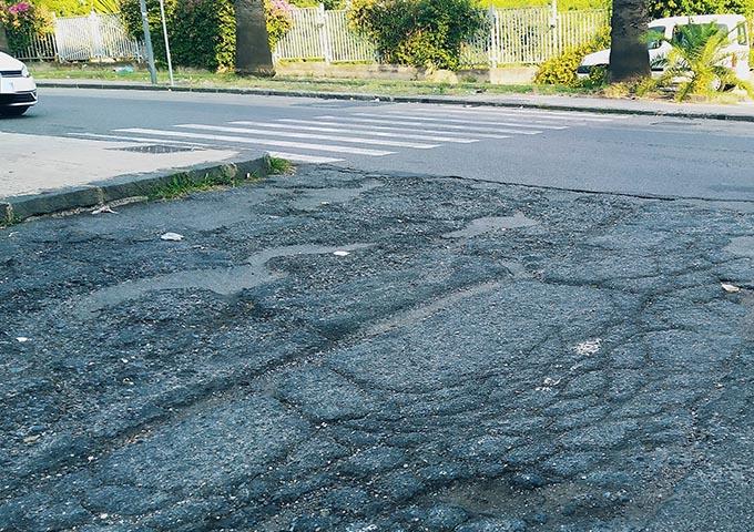 Giarre, inizia la scuola ma le strade sono piene di buche