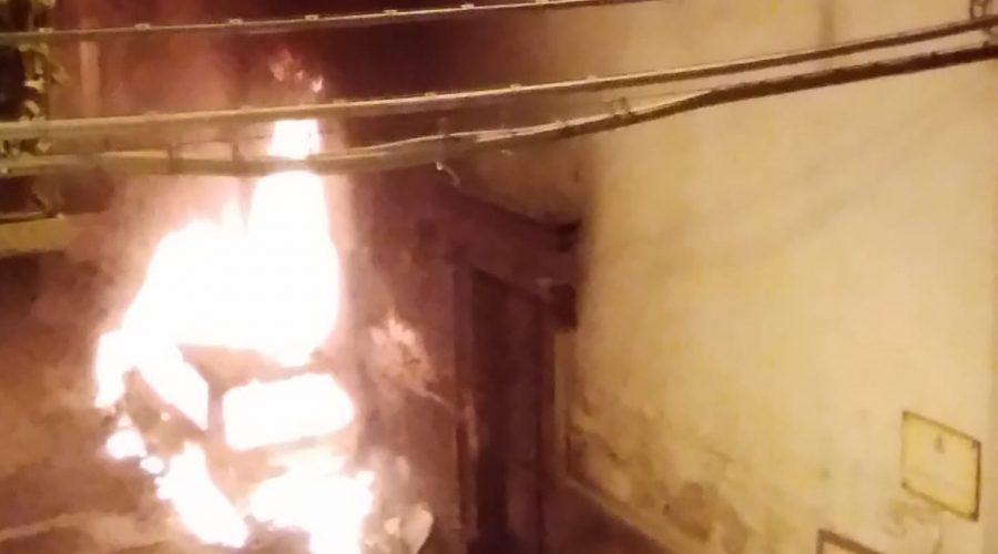 Giarre, incendio in via Madonna delle Grazie. Danneggiato muro della chiesetta