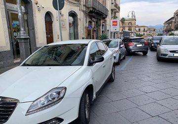 Giarre, scontro in via Callipoli tra auto e scooter: due feriti. Intervento dell'elisoccorso