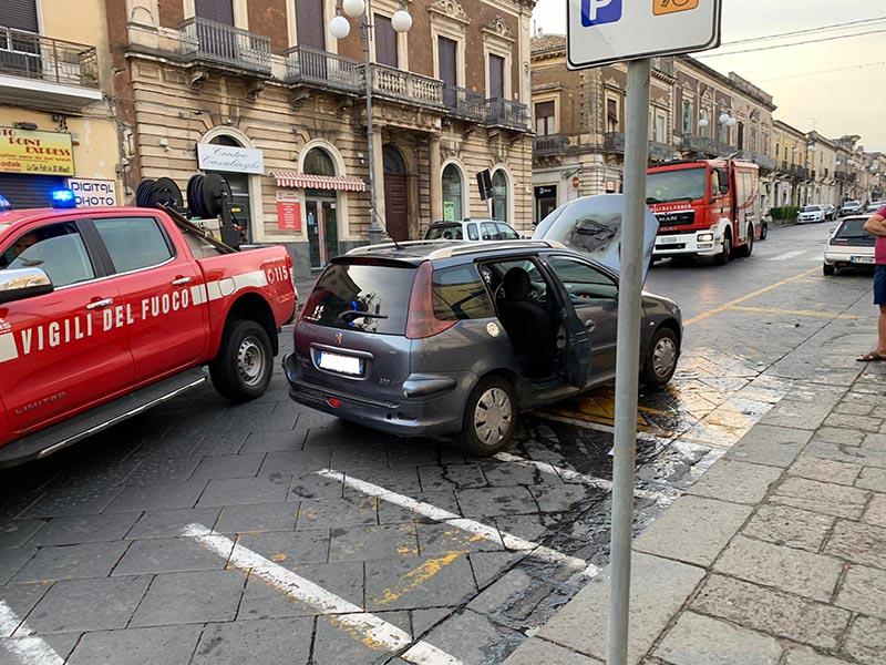 Giarre, principio di incendio su un'auto in marcia VD