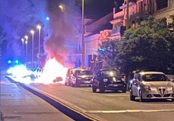 Torre Archirafi, Mercedes avvolta dalle fiamme. Intervento dei Vigili del fuoco