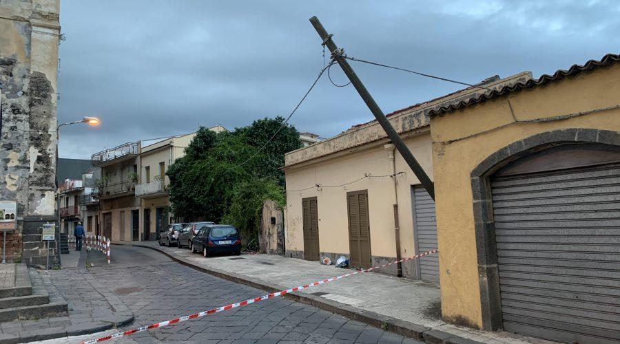 Giarre, chiusa al traffico via Lisi per un palo Telecom pericolante