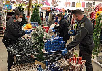 Sequestrati dalla Gdf 2400 articoli illegali in un negozio di Belpasso.