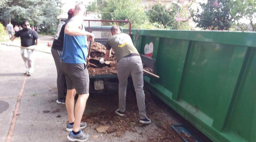 Giarre, militari Usa  di Sigonella puliscono il parco giardino di San Giovanni Montebello FOTO