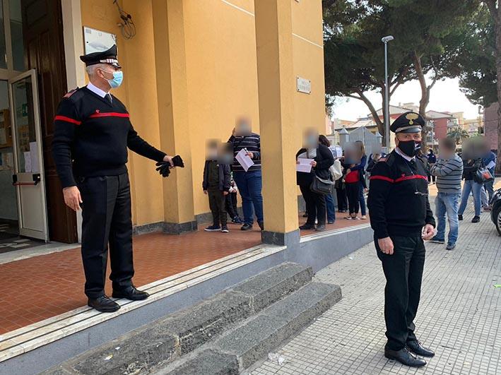 Giarre, tamponi nel plesso Don Bosco: esplode la protesta dei genitori. Intervengono i carabinieri  VIDEO