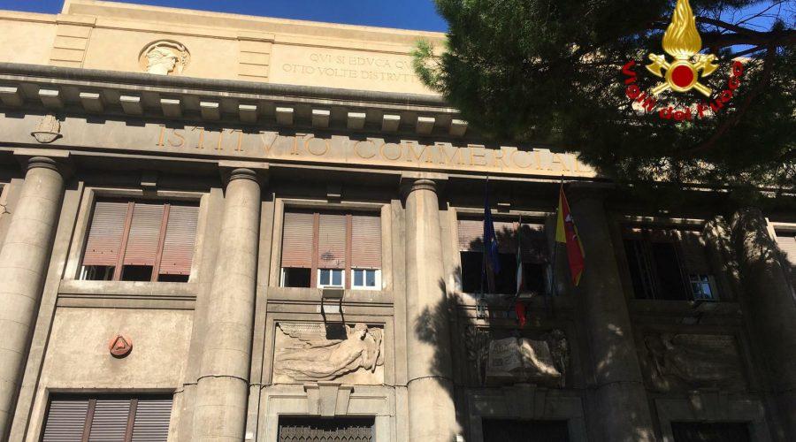 Catania, incendio al De Felice. Intervento dei vigili del fuoco