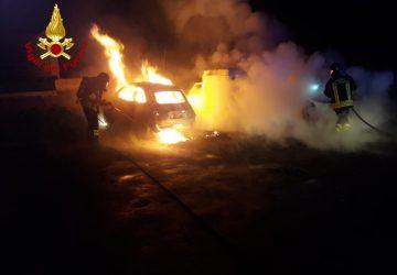 """Paternò. """"falò"""" di auto nel cuore della notte. Intervento dei Vigili del fuoco"""