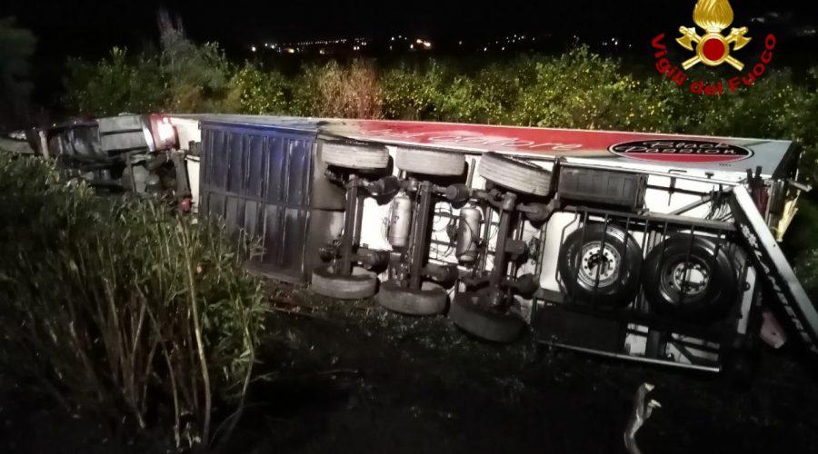 """A18, spaventoso incidente stradale: autoarticolato """"plana"""" sulla vegetazione"""