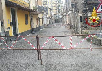 Catania, parziale crollo di una vecchia costruzione disabitata. Sgomberate 4 famiglie