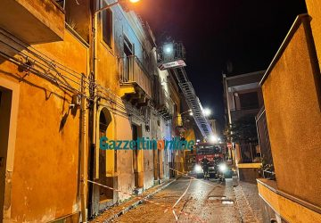 Giarre, intervento di messa in sicurezza dei Vigili del fuoco in via Teatro