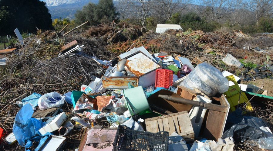 Mascali, Polizia municipale scopre macro discarica di rifiuti pericolosi in terreno privato