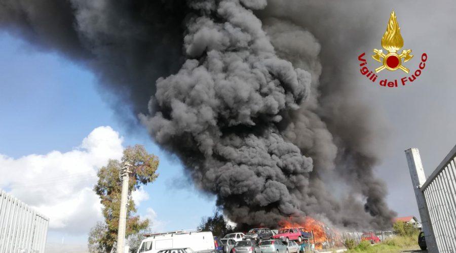 Mineo, vasto incendio all'interno di una autodemolizione VD