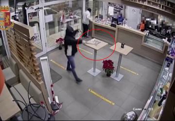 Catania, polizia sventa una rapina violenta in una stazione di servizio: due arresti VIDEO