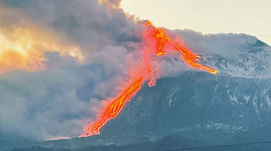 Etna, spettacolo notturno con fontane di lava