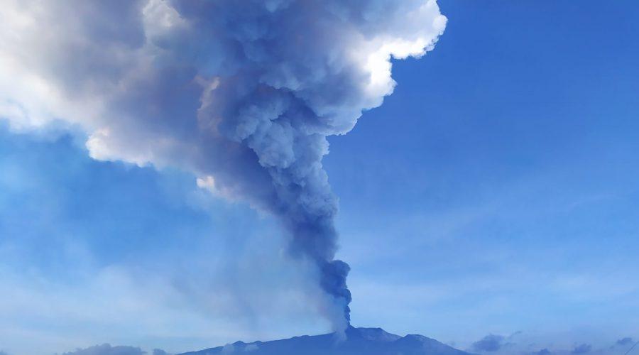Etna, fontane di lava e cenere lavica dal cratere di Sud-Est
