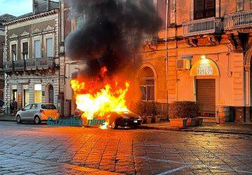 Giarre, paura in pieno centro: auto prende fuoco IL VIDEO