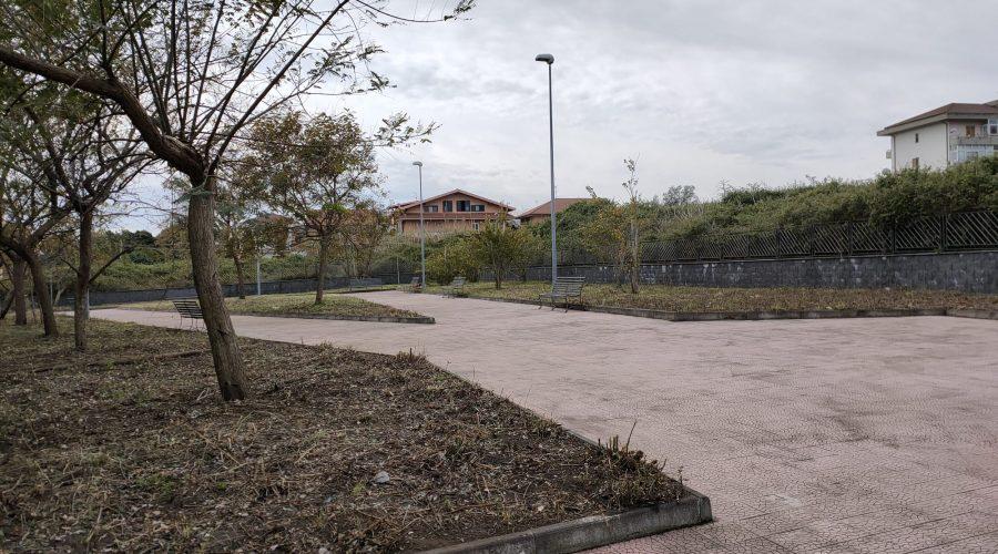 Giarre, richiedenti asilo puliscono villetta comunale abbandonata