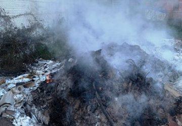 Per liberarsi degli scarti appicca un incendio: denunciato il responsabile