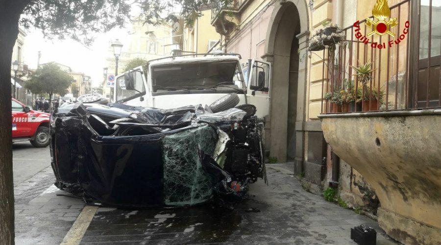 Belpasso, autocarro perde controllo e falcia un pedone: è grave