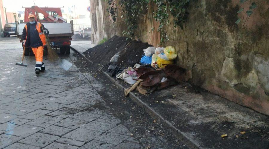Giarre, raccolta sacchetti nel centro storico. Intervento della Igm
