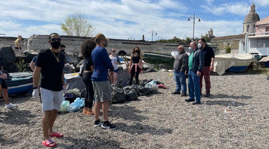 Riposto, militari Usa ripuliscono la spiaggia dei Tre Massi