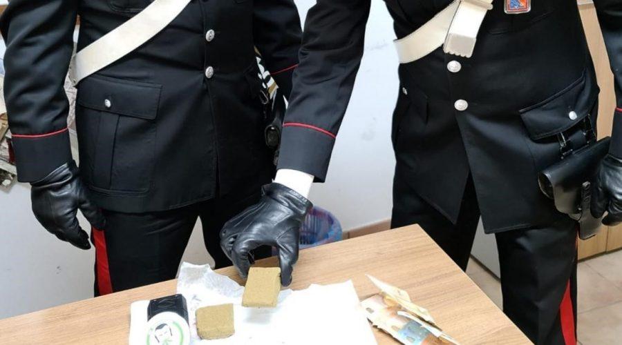 Gaggi, trovato con più di 100 grammi di hashish a casa: 25enne in manette